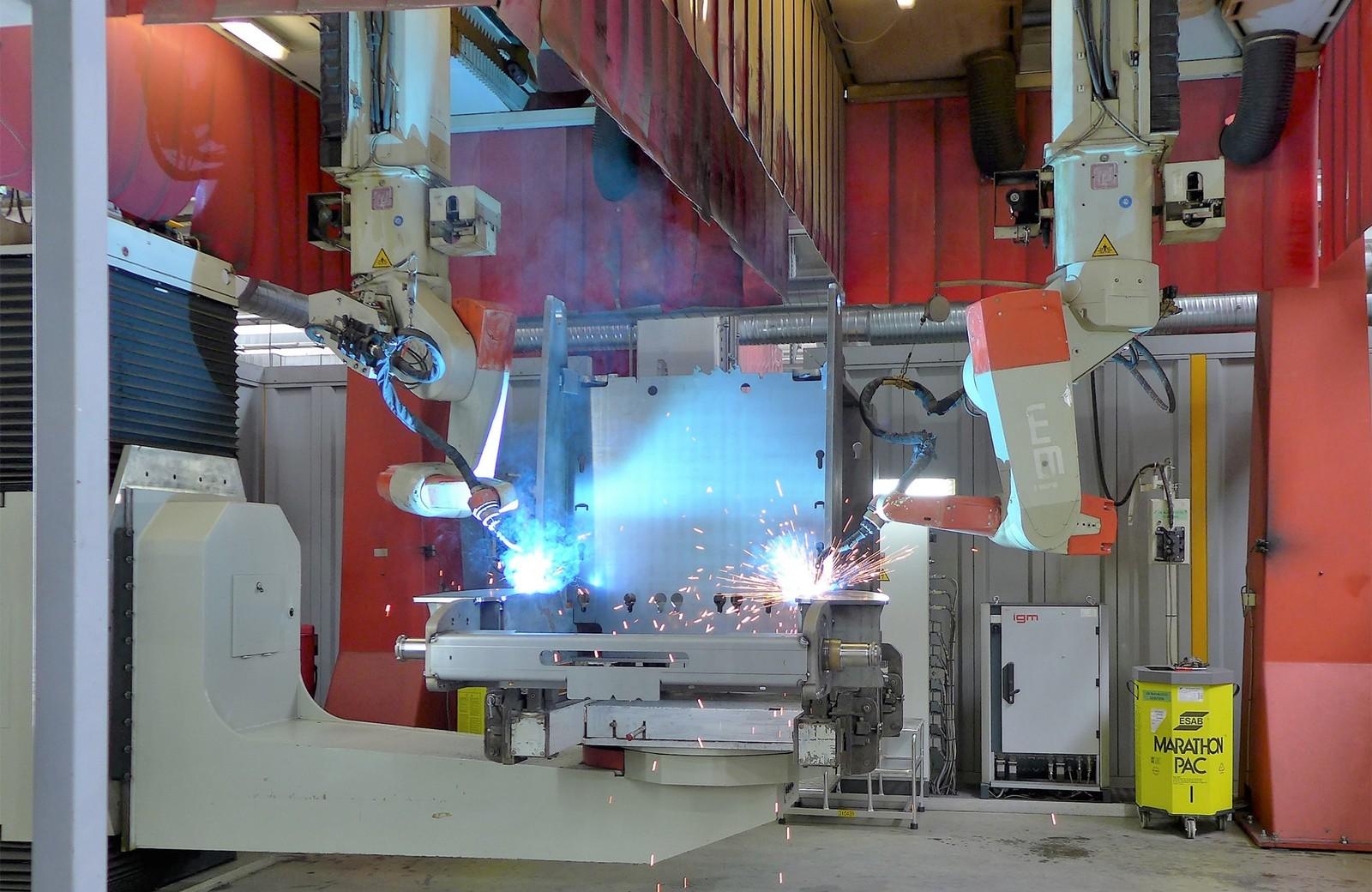 In der Schweißzelle in Degernpoint schweißen zwei IGM-Roboter gleichzeitig einen Fahrzeugrahmen.