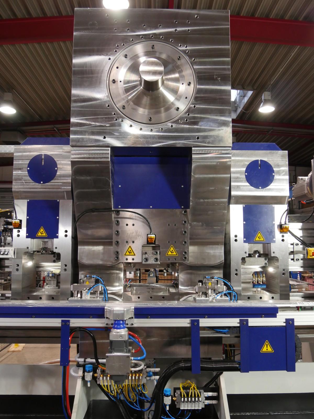 Die 7000-kN-Presse, eingerahmt von zwei 600 kN Pressen.
