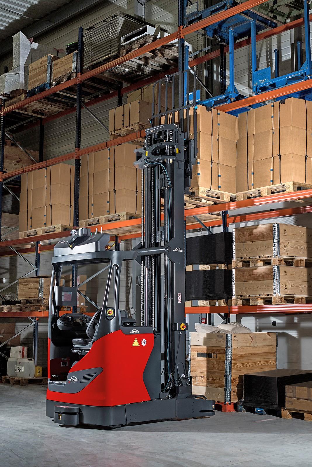 Der Linde R-Matic lagert Waren bis zu einer Hubhöhe von zehn Metern selbstständig ein und aus.