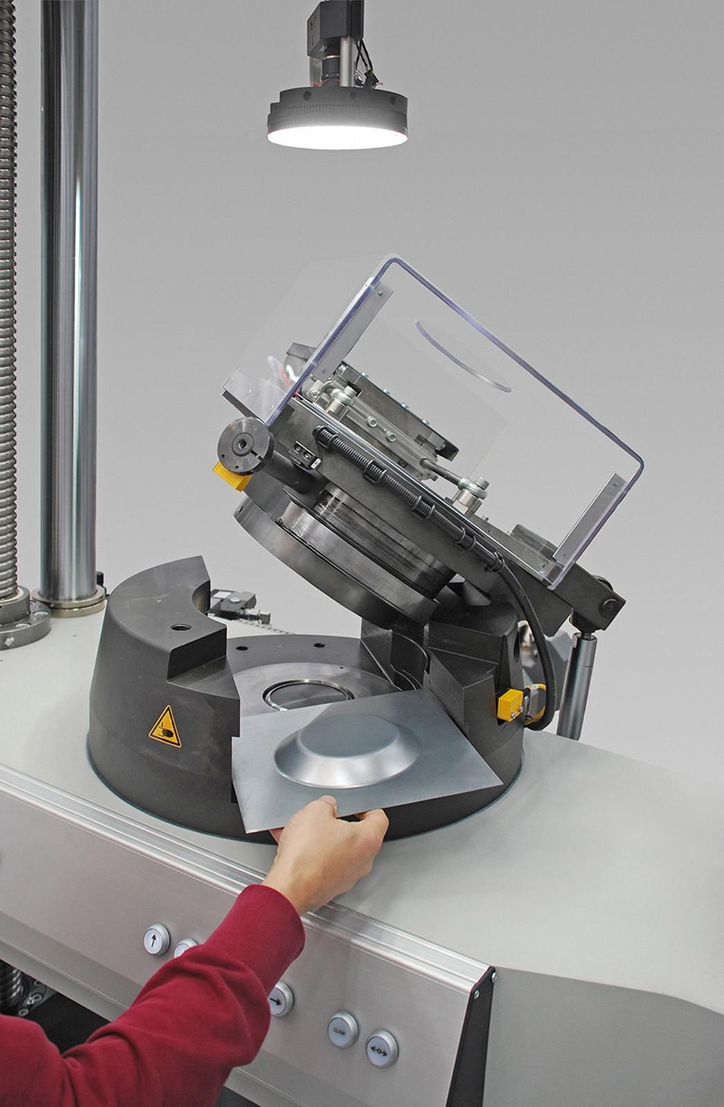 Die Tiefzieh-Prüfeinrichtung von Zwick Roell ist für unterschiedliche Verfahren ausgelegt und wird auf der Fahrtraverse einer statischen Materialprüfmaschine montiert. Das Prüfsystem ist bei Voestalpine bereits produktions-begleitend im Einsatz.