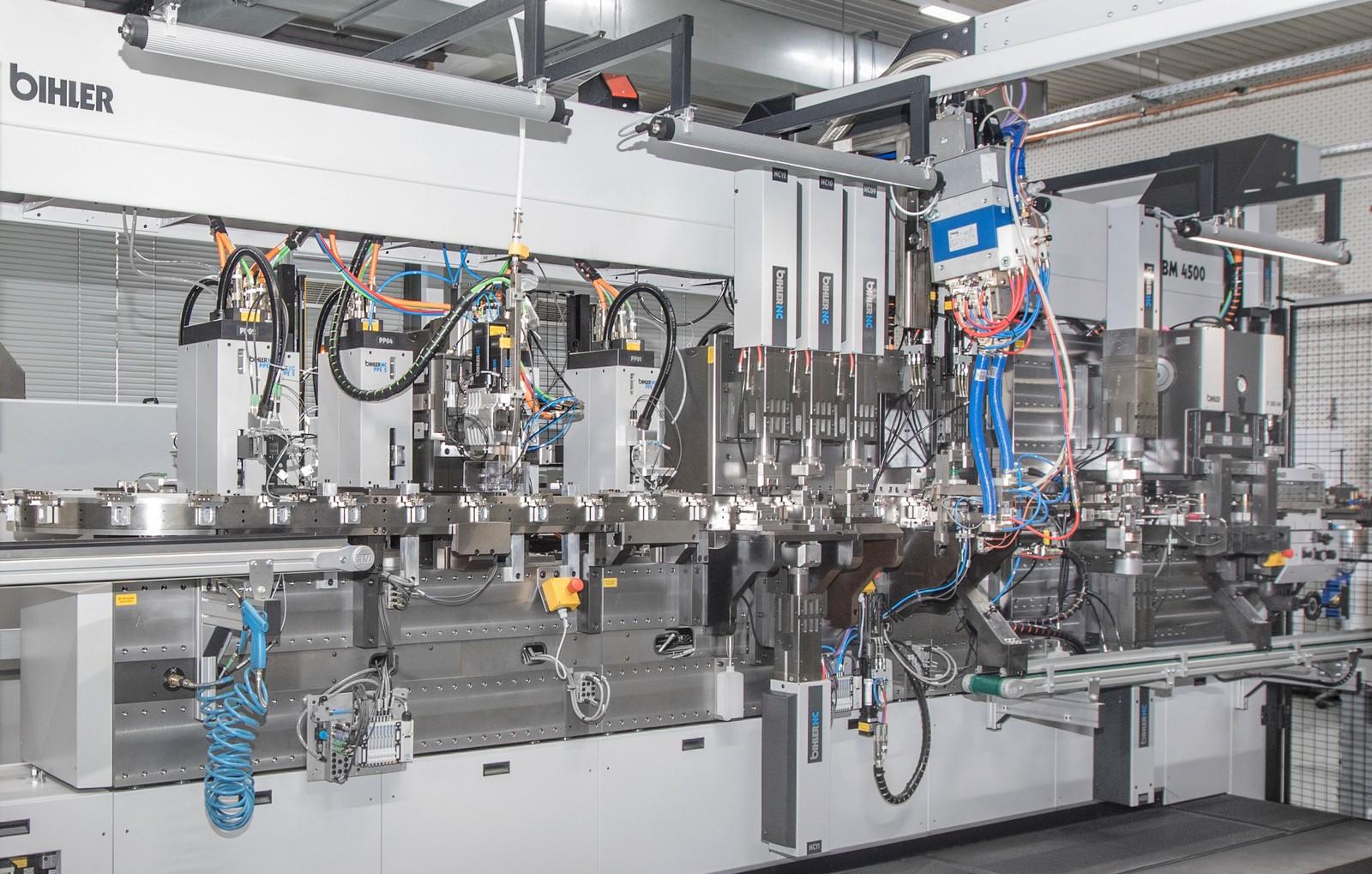 Mit dem Servo-Produktions- und Montagesystem Bimeric BM 4500 produziert Phoenix .