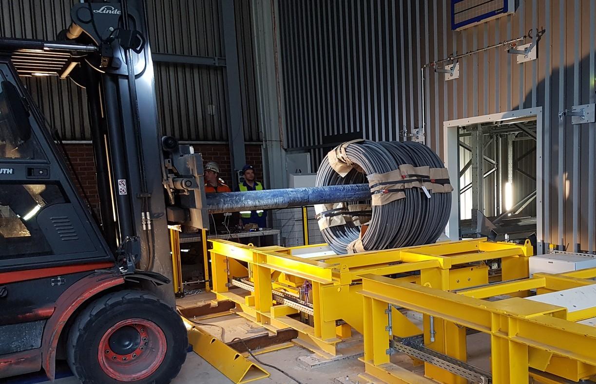 ... realisierten die Schwerlast-Ingenieure auch die Abgabe der bis zu 4,5 t schweren Bunde direkt vom Regalbediengerät an die Stapler zur Lkw-Beladung.