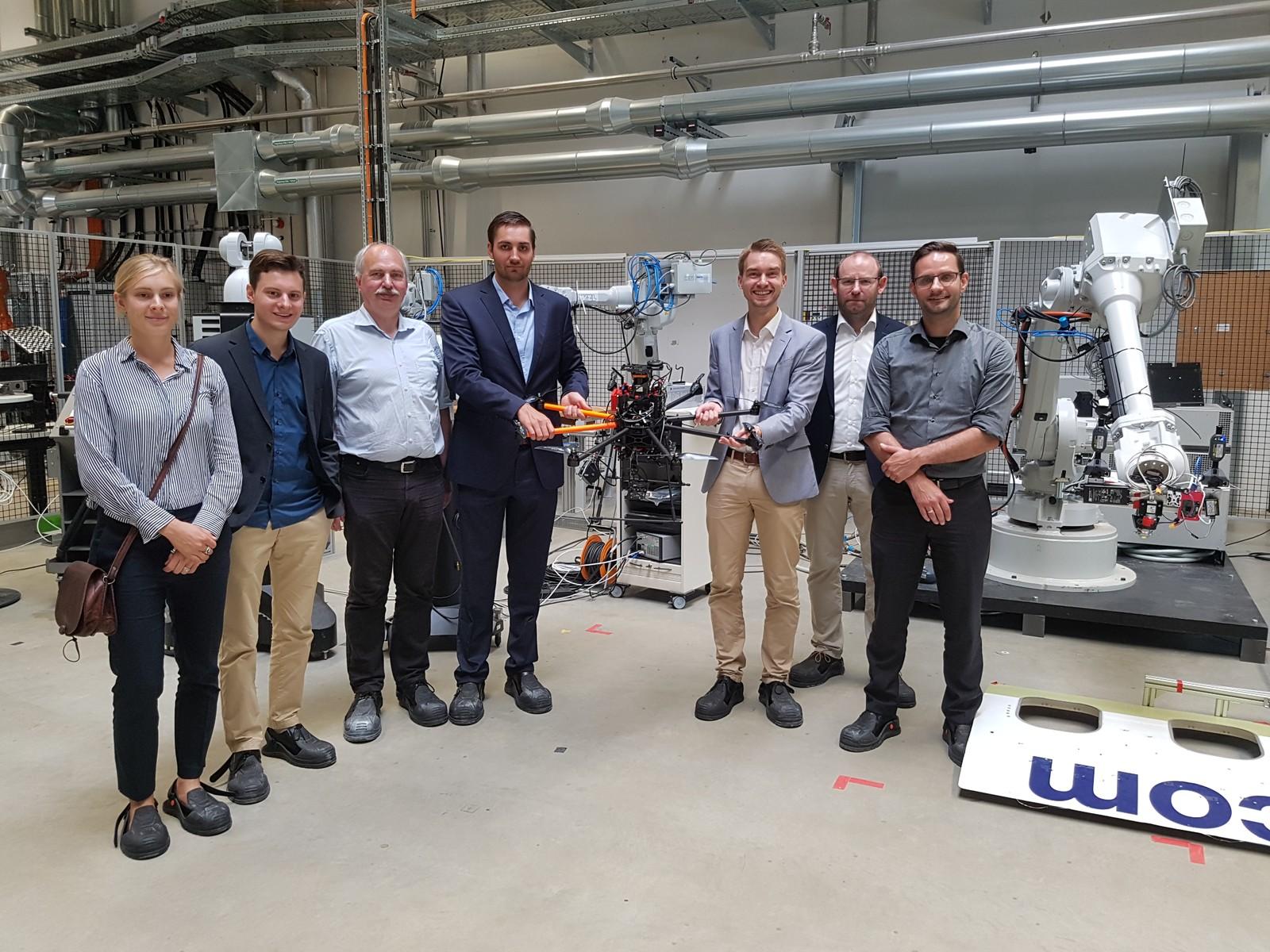 Das Forschungsteam (v. li.) A. Kluge-Wilkes (WZL), R. Pugliese (IRT), M. Sorg (DFMRS), A. Buckhorst (WZL), T. Konrad (IRT), Dr. S. Recher (SCISYS) und Dr.-Ing. R. Zweigel (IRT) kamen zum Projektzwischentreffen zusammen.