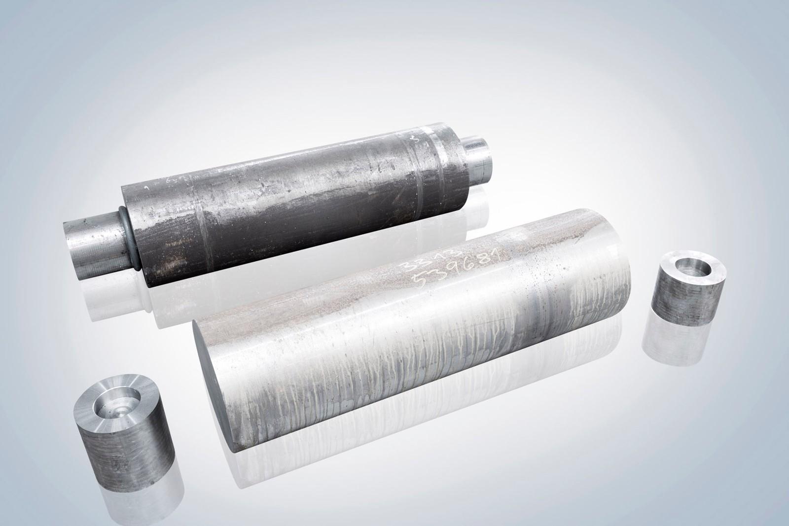 Rohmaterial von Guenter+Schramm für den Zylinder und der reibgeschweißte Zylinder (hinten).