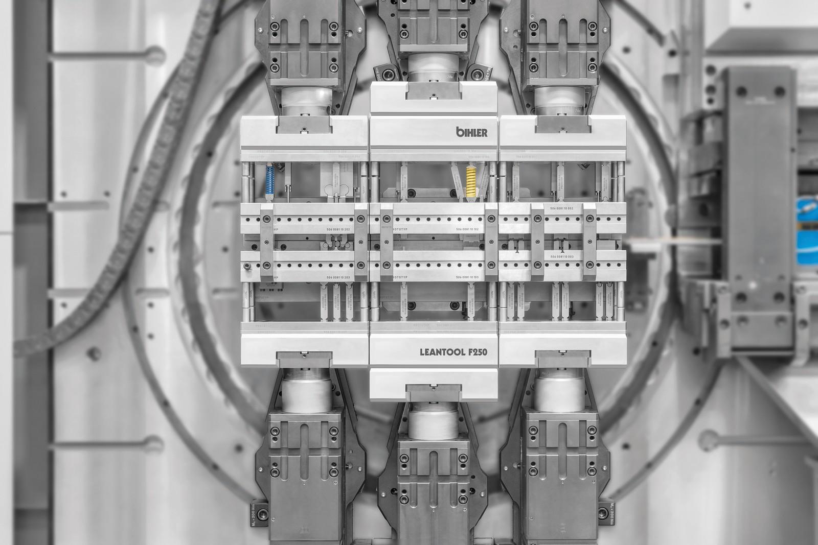 Detailansicht des neuen Leantool Folgeverbund auf Servo-Stanzbiegeautomat GRM-NC.