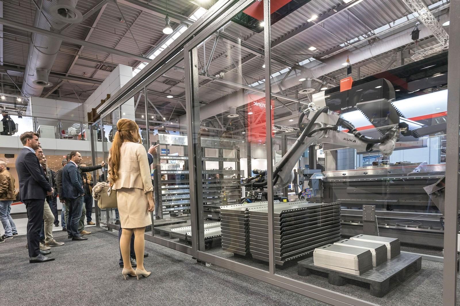 Roboterautomatisierte Systeme gehören zum kontinuierlichen Fertigungsfluss.
