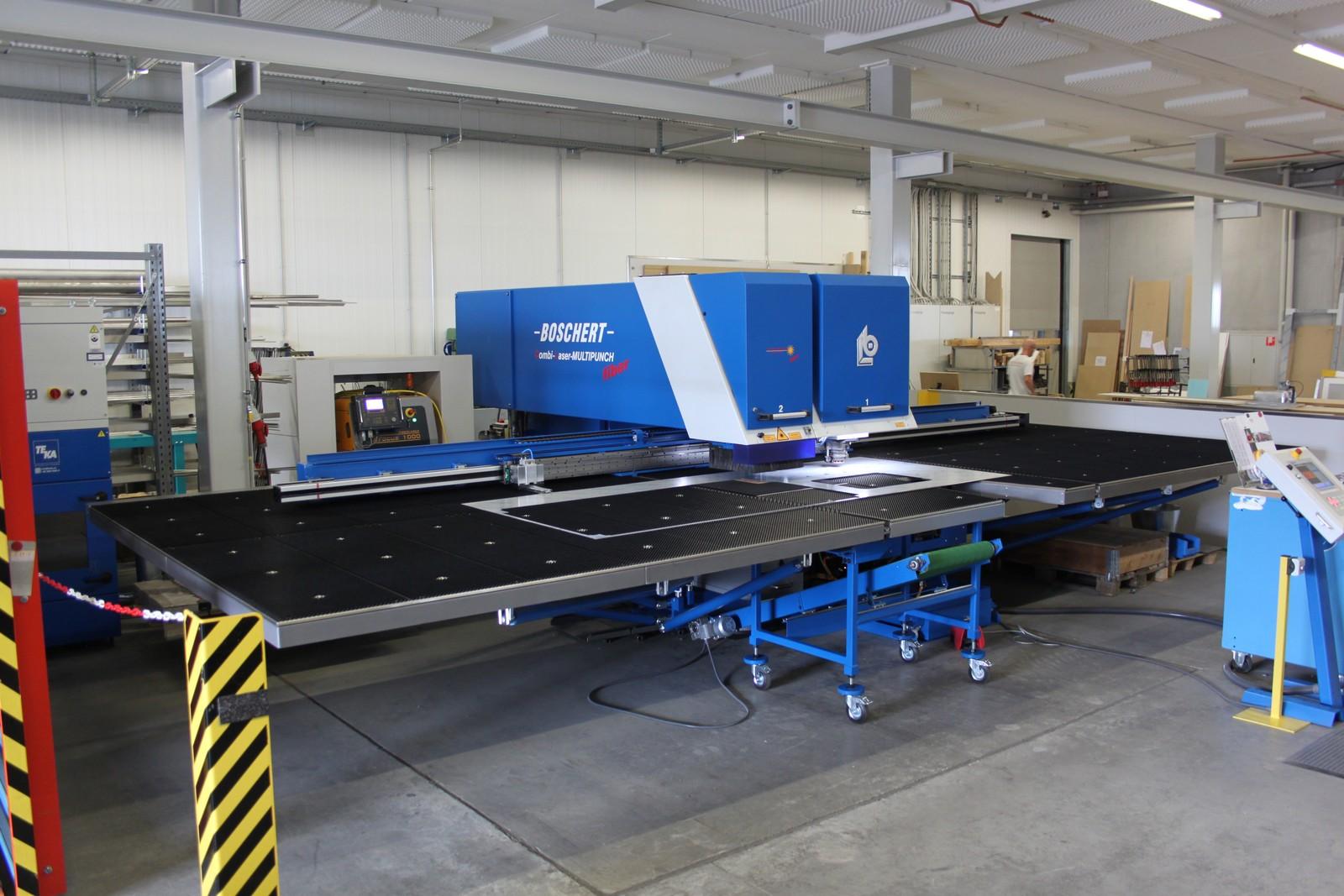 Gesamtansicht der kombinierten Boschert-Stanz-Lasermaschine Combi Laser Multipunch 1500 x 3000 CNC Z, die in der Spenglerei der Pius Nadler AG verwendet wird.