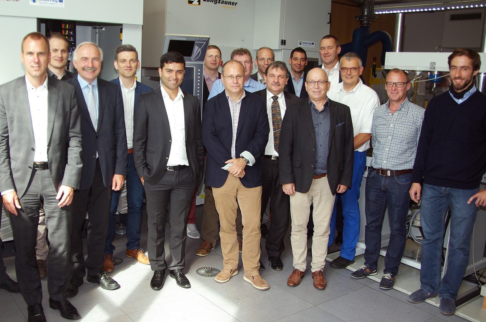 Teilnehmer des Partner-Treffens: Prof. M. Jautze (li.), Prof. O. Huber (3. v. l.), Prof. Dr. H. Saage (7. v. l.), Prof. H. Klaus (10. v. l., alle HS Landshut), U. Weber (8. v.l., Otto Spanner GmbH) und Dr. F. Schönfeld (4. v.r., MAN Truck & Bus).