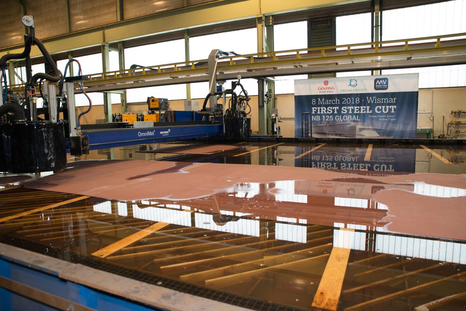 Die OmniMat – die vielseitig einsetzbare und leistungsstarke Portalschneidmaschine von Messer – läutete mit dem ersten Stahlschnitt den Bau des neuen Kreuzfahrtschiffes der Global Class auf der MV Werft in Wismar ein.