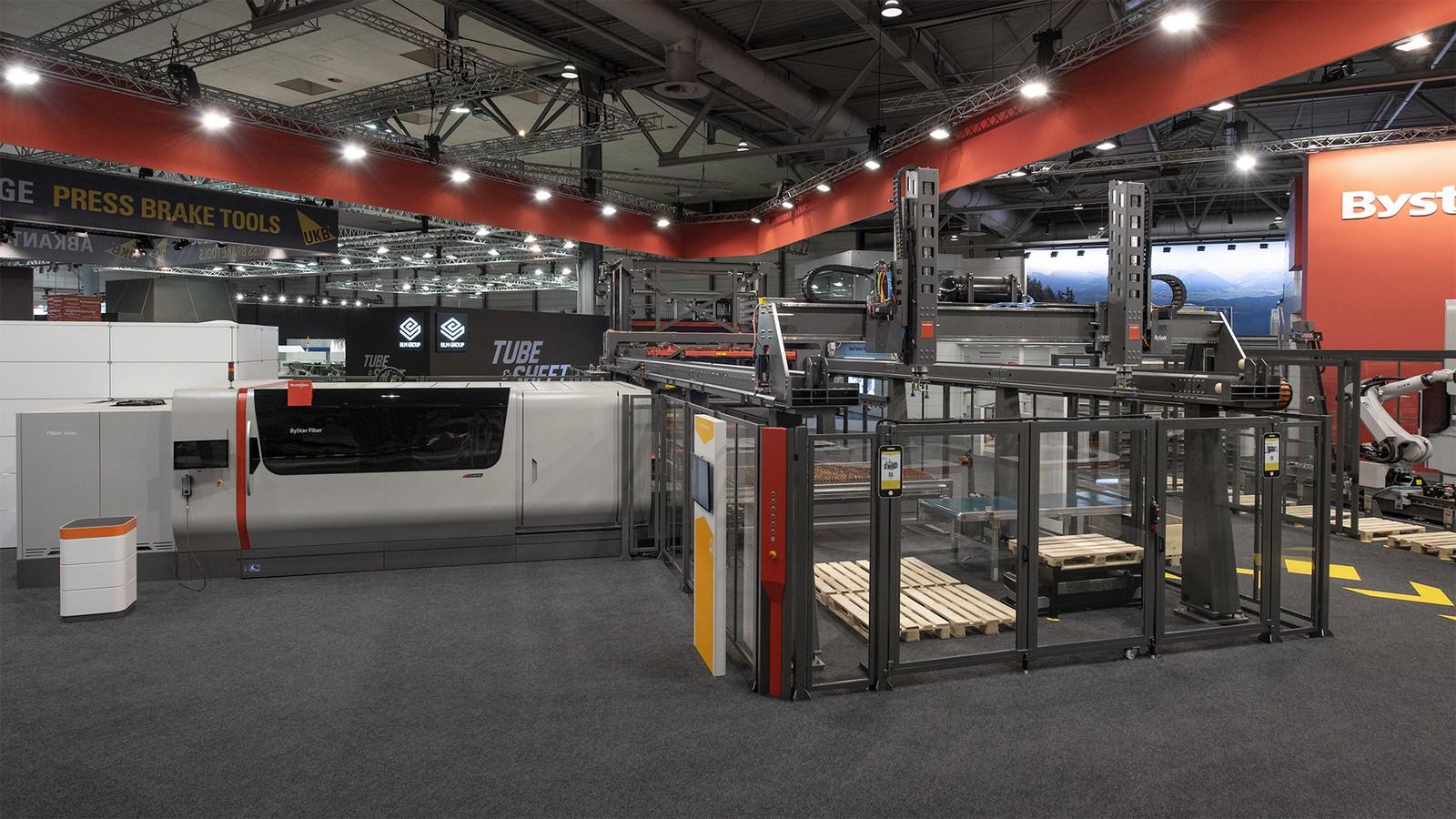 Production LIne ist ein System, mit dem sich vernetzte Fertigungslinien rund um die Laseranlage Bystar Fiber aufbauen lassen.