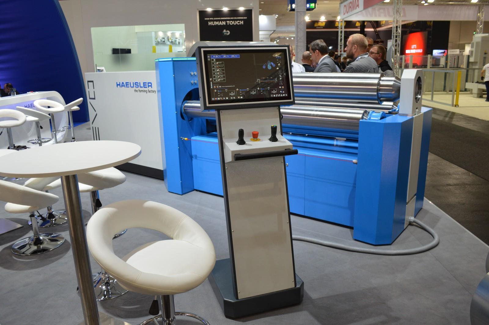 Hausler stellt die Blechbiegemaschine EVO vor, die neben einer intelligenten Steuerung auch über effiziente Antriebe und eine veriable Biegegeometrie verfügt.