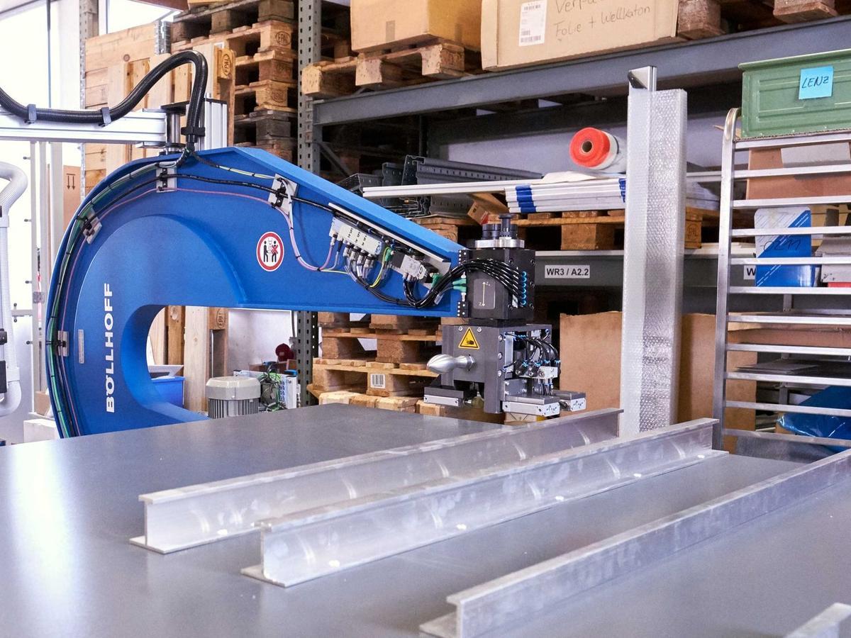 Die zweite Komplettlösung von inotec AP ist für das Vernieten der Aussteifungsprofile ausgelegt. Sie arbeitet mit einer fast 800 kg schweren Nietzange, deren ausladende Bügel weit in die Flächen der Blechtafeln hineinreichen.