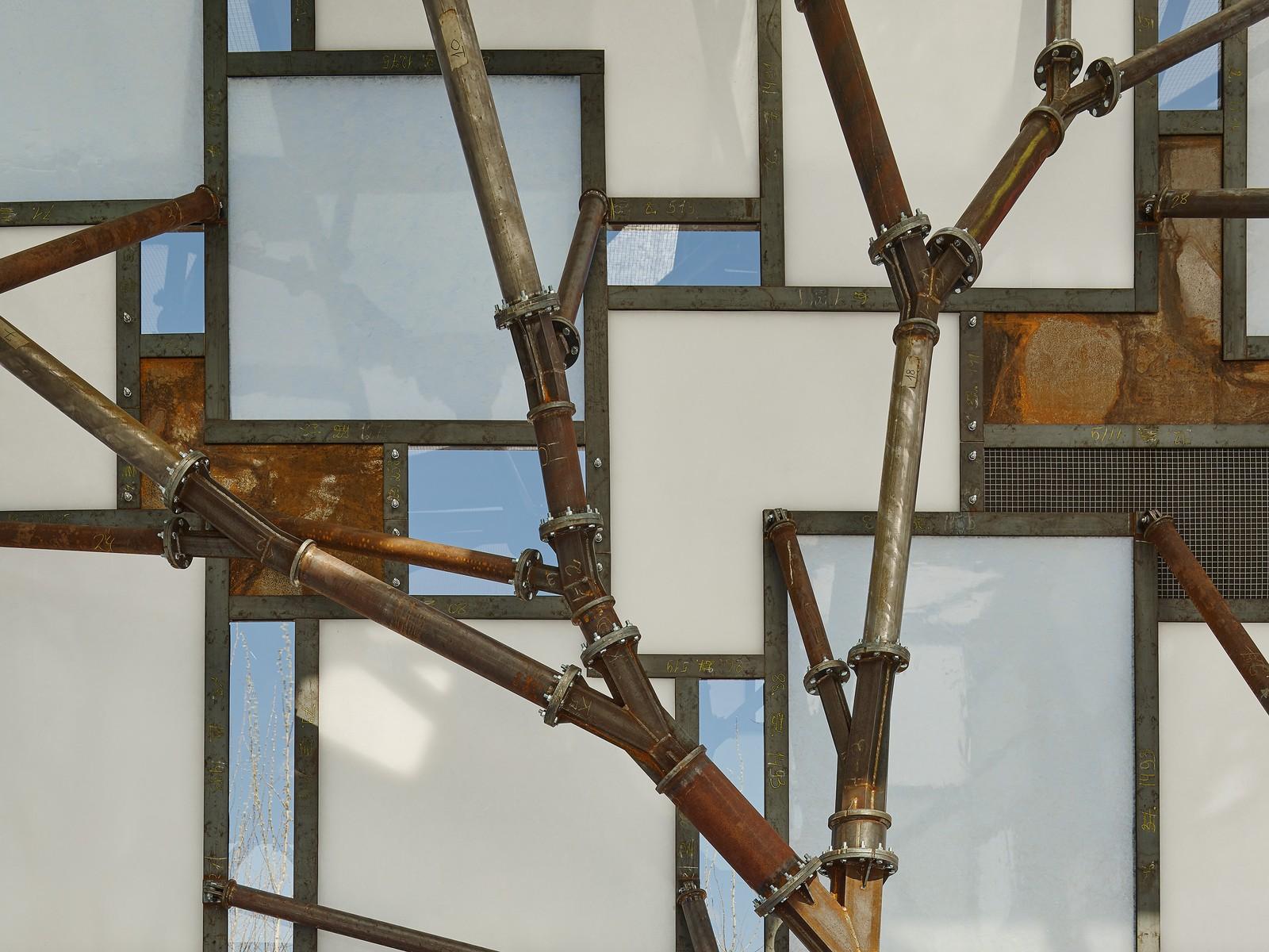 Beim Bau des Pavillons nutzte das Team verschiedene Stoffkreisläufe für Struktur, Fassade, Boden und Innenausstattung: Die tragende Struktur beispielsweise ist komplett aus Stahl gefertigt, der größtenteils aus einem zurückgebauten Kohlekraftwerk.