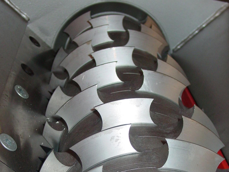 …das Material mittels des bewährten Rotor-Stator-Schneidprinzips durch den Schneidrotor erfasst und solange am Statormesser zerkleinert wird, bis es die gewünschte Größe erreicht hat.