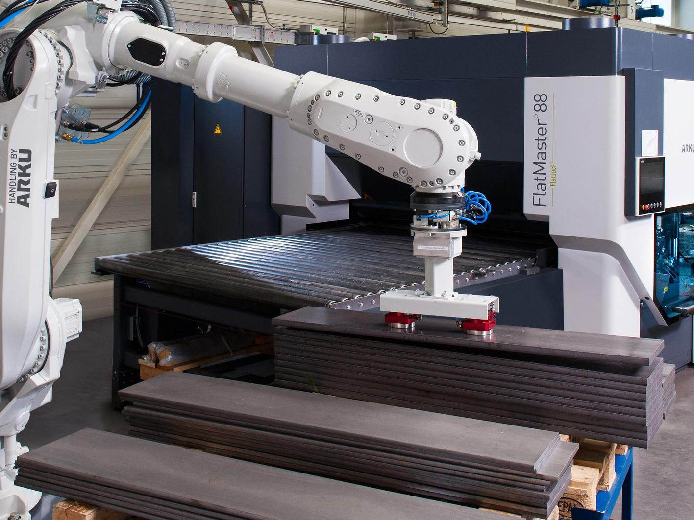 Das System aus Teilerichtmaschine FlatMaster 88 mit einem vorgeschalteten Vision-Roboter arbeitet autonom.