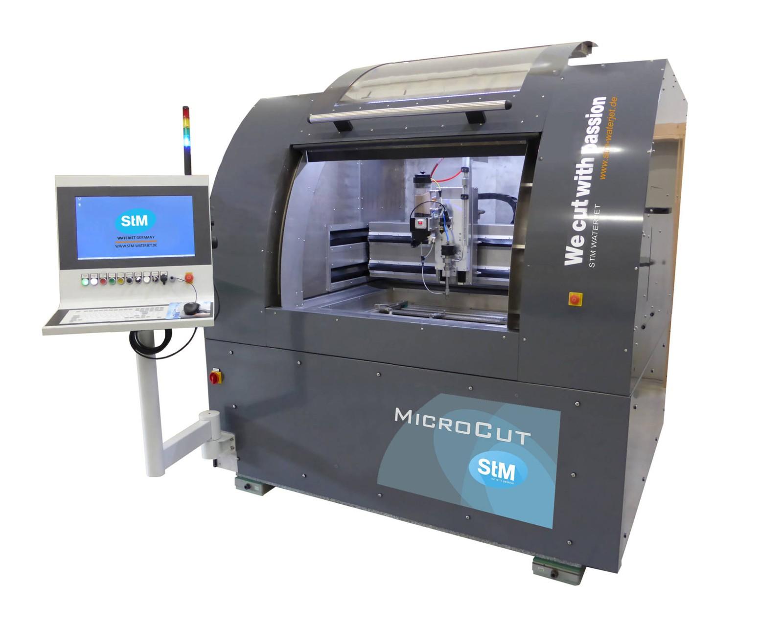 """Die Mikro-Wasserstrahl-Schneidanlage """"MicroCut"""" ist zukünftig serienmäßig mit dem neuen Winkelfehlerausgleichs-Schneidkopf """"StM TAC/12"""" ausgestattet."""