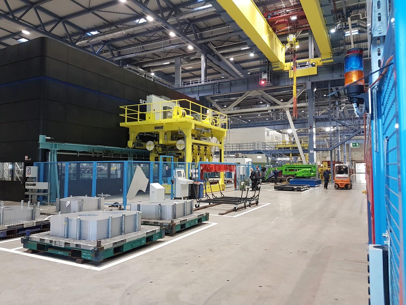 Hochregallager zur Blechplatinen-Lagerung im Mercedes-Benz-Presswerk in Bremen. Lastumsetzer, Hubwagen und ein fahrerloses Transportfahrzeug (FTS) sorgen für die reibungslose Verkettung bis hin zur Abnahme der fertigen Bauteile am Ende der Presslinie