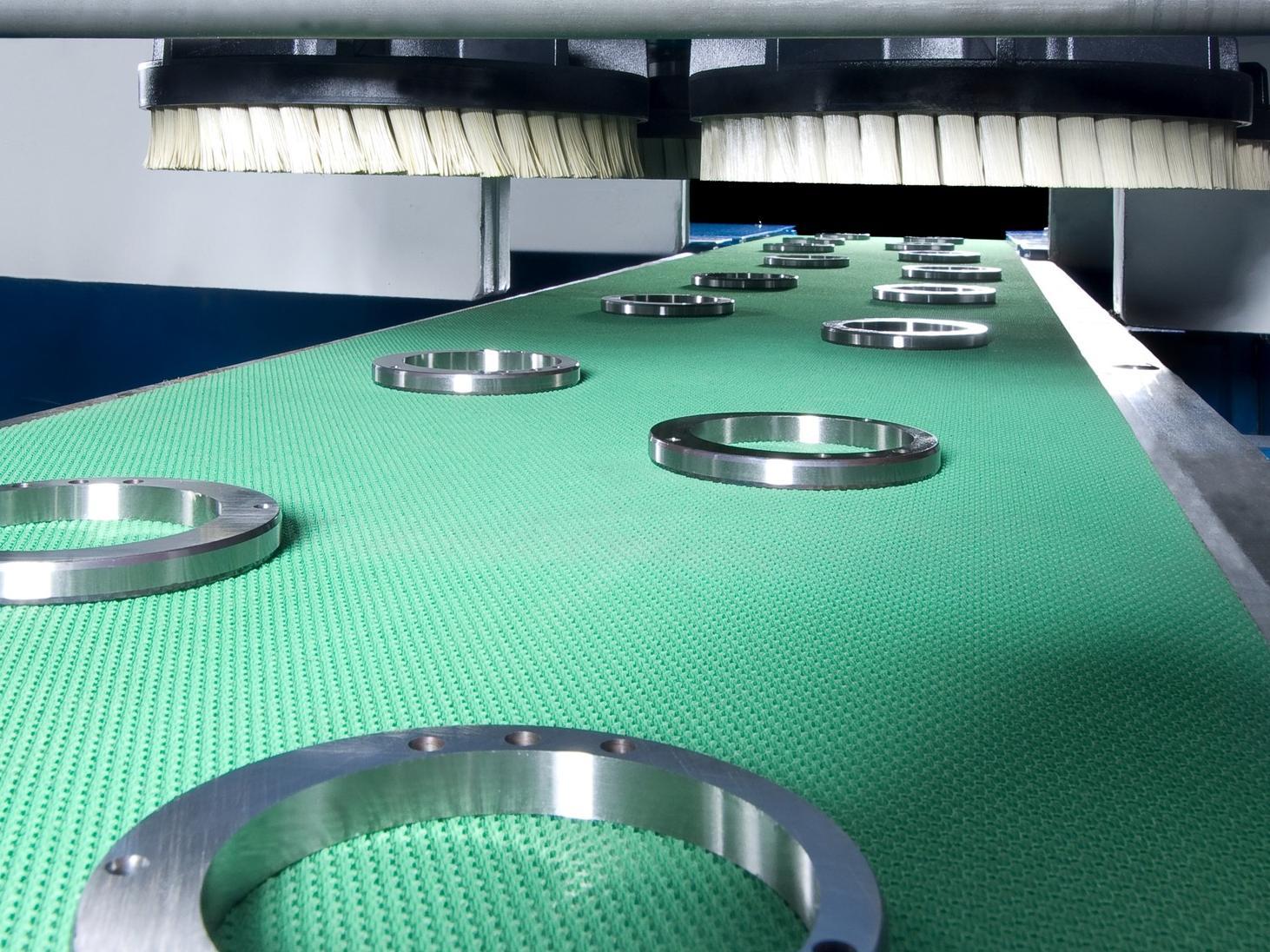 Deutlich erhöhte Anforderungen an die Qualität von Blechbauteilen machen das Entgraten zu unverzichtbaren Fertigungsschritten. Die maschinelle Bearbeitung sichert die Reproduzierbarkeit der Ergebnisse.