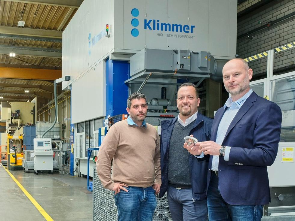 In der Produktionshalle der Ernst Klimmer GmbH (von rechts): der geschäftsführende Gesellschafter Torsten Klimmer neben Bastian Geiss, dem geschäftsführenden Gesellschafter der Richard Geiss GmbH und Waseem Rana, Leiter der Lohnentfettung.