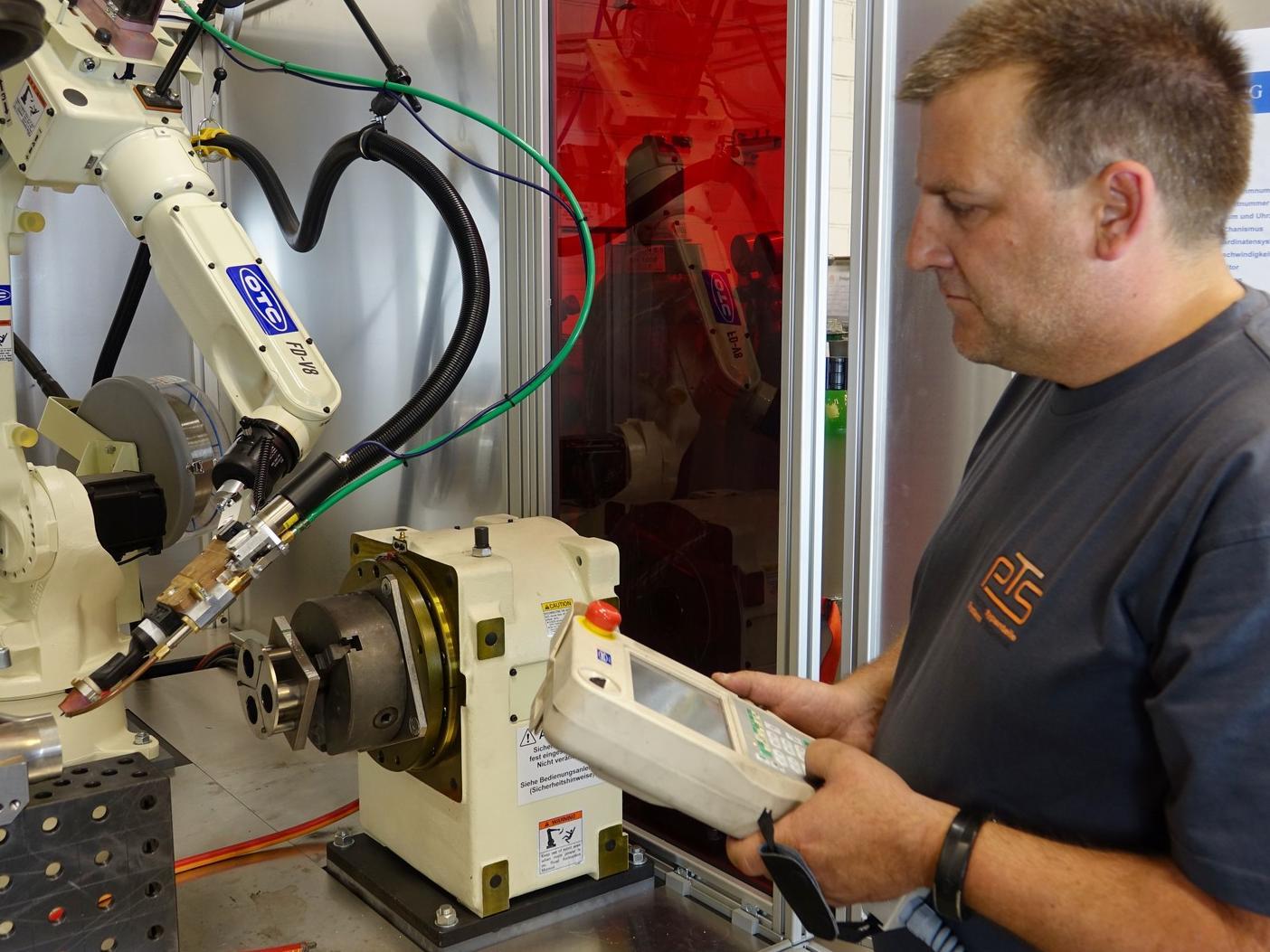 Teamleiter Prototypenbau Jörg Krauß demonstriert die einfache Programmierung der Easy ARC bei der Vorbereitung eines neuen Schweißvorgangs für Automotive-Bauteile.