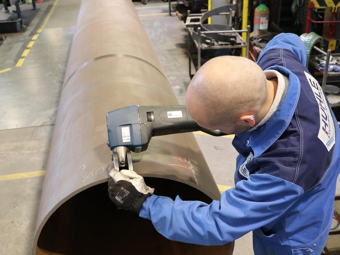 Sebastian Feiler, Fertigungsleiter Schweißtechnik bei Huhle, bei Arbeiten mit dem Schweißkantenformer TKF 1500 von Trumpf.