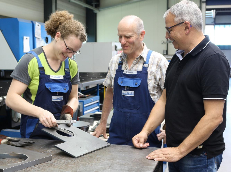 Kaupp Blechbearbeitung und Boschert verbindet eine lange Zusammenarbeit. Mareen und Ulrich Kaupp im Gespräch mit Boschert-Geschäftsführer Manuel Lang (v.l.).