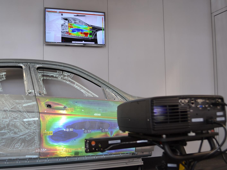 Extend3D hat ein neues Verfahren zur markerlos-modellbasierten Initialisierung von Bauteilen entwickelt, das den Einsatz von Werklicht-Projektoren flexibler macht. Das Bauteil kann beliebig positioniert werden.