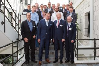 Partner des Fraunhofer Cluster of Excellence Advanced Photon Sources trafen sich zum Kick-off am 2. Mai 2018 in Aachen. Die Koordinatoren: Cluster-Leiter Reinhart Poprawe, Fraunhofer ILT (v., 2.v.r.), und Andreas Tünnermann, Fraunhofer IOF (v., 2.v.l.).