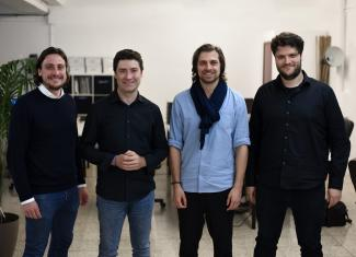 Das Gindumac-Führungsteam im Büro in Barcelona, v l. n. r.: Benedikt Ruf (Co-Founder & Managing Director), Manuel Aguilar (CTO), Janek Andre (Co-Founder & CEO), Daniel Sapundziev (Unit Director IIoT).